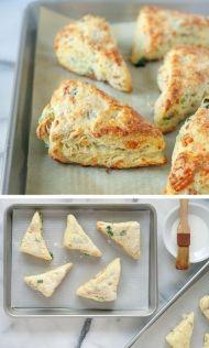 Nekynuté sýrové pečivo s cibulkou a šunkou