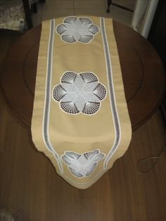 linen & lacework  table runner Easy Projects, Sewing Projects, Crochet Table Runner, Patch Quilt, Bargello, Crochet Home, Crochet Doilies, Table Runners, Wedding Accessories