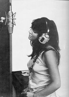 Linda Rondstadt at Muscle Shoals (Alabama). Early Linda Rondstadt at Muscle Shoals (Alabama). Early This image has get. 70s Music, Music Icon, Music Love, Rock Music, Music Maniac, Linda Ronstadt, Muscle Shoals Alabama, Women Of Rock, Tomboy Fashion