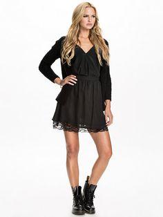 http://nelly.com/pl/odziez-dla-kobiet/odziez/spódnice/nly-blush-396/open-edge-zip-skirt-396996-14/