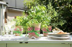 Sommer, Italien, Kräuter, Tisch-Deko, Kräuter-Topf, kuehne.de Herb Pots, Decoration Table, 40th Birthday, Summer Time, Table Settings, Furniture, Home Decor, Holidays, Style