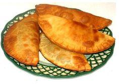 En Costa Rica las empanadas son algo que se hace en tooodas las casas, por toodas las amas de casa.. suelen acompañarse de una taza de café.. o agua-dulce ...   Pueden estar rellenas de pollo, de picadillo de papa, de frijoles molidos, de carne, queso,  etc...   Esta vez haremos las preferidas de mis hijos: empanadas de frijol y queso