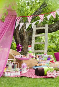a kids party picnic idea? Picnic Theme, Picnic Birthday, Birthday Parties, Garden Party Decorations, Outdoor Parties, Kids Picnic Parties, Impreza, Party Planning, Party Time