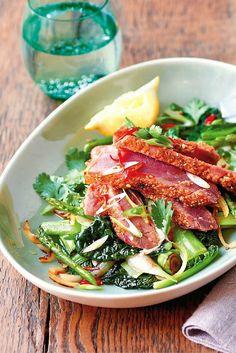 #Paleo-proof, deze tonijnsteak met sesam en groente uit de wok. Het recept mogen we gratis delen uit 'Het snelle paleo-kookboek' van Daniel Green.
