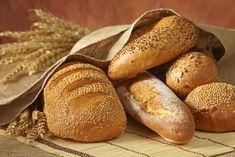 Als Peeta buiten het oud brood weg moet gooien naar de varkens, ziet hij Katniss in de regen tegen een boom zitten, ze ziet er uitgehongerd uit. Peeta gooit uit medelijden een stuk brood naar Katniss.