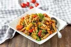 Tomaattinen lihapulla-pastasalaatti on ruokaisa salaatti monenlaisiin hetkiin. Kokeile rentoihin illanistujaisiin! My Cookbook, Couscous, Kung Pao Chicken, Japchae, Healthy Recipes, Healthy Food, Meat, Ethnic Recipes, Koti