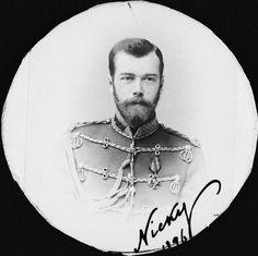 """Nicolau II, Imperador da Rússia. Ele está olhando para a câmera e vestindo uniforme militar. A fotografia é cortado em um círculo e assinado no canto inferior direito """"Nicky 1896""""."""