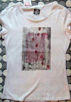 """Camiseta de chica Luna.r con cuadro impreso """"Huellas"""" , acrílico sobre tabla."""