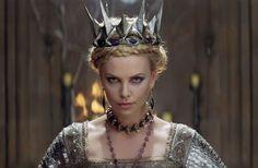 A rainha má Ravena e suas jóias maravilhosas.
