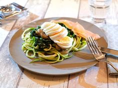 Courgetti with spinach, mushrooms, smoked salmon and egg - Cooking idea - Courgetti with spinach, mushrooms, smoked salmon and egg – Cooking idea - Smoked Salmon And Eggs, Low Carb Lunch, Spinach Stuffed Mushrooms, Weight Watchers Meals, Healthy Recipes, Healthy Food, Healthy Lifestyle, Spaghetti, Vegan