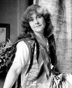 Rose O'Neill (June 1874 – April was an American cartoonist, illustrator, artist, and writer. Stories For Kids, Women In History, American Artists, Vintage Flowers, Feminism, Illustration, The Incredibles, Long Hair Styles, Rose