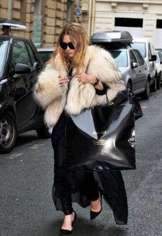 Mary-Kate & Ashley Olsen luv this fur jacket♥ fur fur fur Ashley Olsen Style, Olsen Twins Style, Olsen Fashion, Star Fashion, Womens Fashion, Vogue Fashion, Mary Kate Ashley, Mary Kate Olsen, Street Style