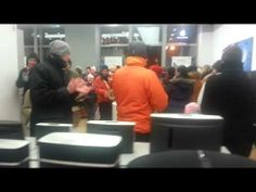 "Hare Krishna devotees ""blissfully"" taking over an Apple store! (1 min video)"