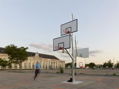 """Members of A/LTA architects offer us to discover this beautiful project located in Nantes called """"Basket Tree"""". (via @Fubiz)    Located in the French city in front of the house of man and technology, this facility allows multiple teams of all ages to play basketball. More images after the jump."""
