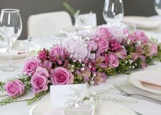 Slik pynter du et vakkert konfirmasjonsbord Floral Centerpieces, Wedding Centerpieces, Pastel Floral, Event Planning, Table Runners, Bridal Shower, Table Settings, Bouquet, Wedding Inspiration