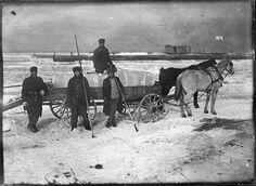 sandusky . oh : loading ice blocks . lake erie . ca. 1911