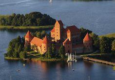 Troki, Litwa - zamek został wzniesiony w XIV-XV w. przez wielkiego księcia litewskiego Kiejstuta i jego syna Witolda