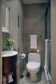 plan salle de bain 3m2, murs en mosaique gris, fleurs dans la salle de bain