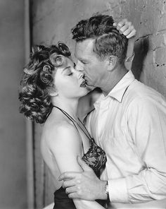 "Film Noir Moment - Gloria Grahame and Sterling Hayden, in a publicity shot for ""Naked Alibi"" Hollywood Stars, Golden Age Of Hollywood, Vintage Hollywood, Classic Hollywood, Vintage Vogue, Hollywood Glamour, The Stranger, Marvin Gaye, John Travolta"
