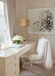 The minimalism of acrylic furniture is the perfect match for a light-coloured room.