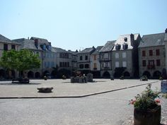 Sauveterre-de-Rouergue ligt in de Aveyron in en behoort tot de mooiste dorpen van Frankrijk. Het rustige dorp was geheel ommuurd waarvan een deel nog staat.