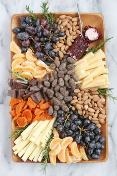 How to Build a Beautiful Appetizer Platter How to build a beautiful cheese & fruit platter! Cheese Fruit Platters, Party Food Platters, Veggie Platters, Charcuterie And Cheese Board, Veggie Snacks, Veggie Tray, Fruit Trays, Antipasto, Crudite
