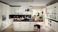 Komplett weiße Landhausküche mit Marmor-Theke