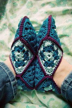 granny square slippers. Inspiración ✿⊱╮Teresa Restegui http://www.pinterest.com/teretegui/✿⊱╮
