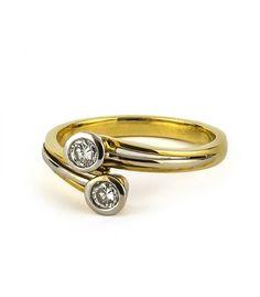 Sortija tipo tú y yo, realizada en oro amarillo y oro blanco de 18 quilates, brazos contrapeados, con dos diamantes talla brillante en chatón, con un peso total aproximado de 0,30ct. Peso del anillo: 3,8g. Wedding Rings, Engagement Rings, Jewelry, Gold Rings, White Gold, Gems, Diamonds, Pendants, Enagement Rings
