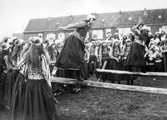 Boegsprietlopen voor meisjes in klederdracht op een feestdag ter ere van de geboorte van kroonprinses Beatrix, Marken 10 maart 1938 (verlaat vanwege een mazelenepidemie).