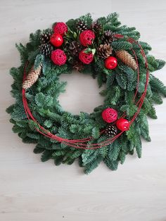 Christmas Tree Design, Handmade Christmas Decorations, Christmas Makes, Christmas Wreaths, Holiday Decor, Christmas Flower Arrangements, Green Table, Christmas Wonderland, Tree Toppers