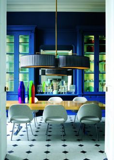 Blue Painted Cabinets in the Dining Room Marie Claire, Decor Interior Design, Interior Decorating, Bleu Indigo, Mood Indigo, Dining Room Blue, Large Table, Modern Love, Cuisines Design