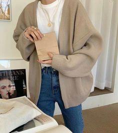 winter outfits for school Denim jeans, white t-shirt, beige cardigan Denim jeans, white t-shirt, beige cardigan Beige Jeans, Cardigan Beige, Beige Shirt, Minimalist Fashion French, Summer Minimalist, Fashion Moda, Look Fashion, Korean Fashion, Winter Fashion