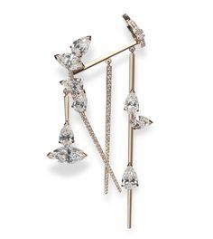 C'est pendant le bal de la haute couture que Gaia Repossi a choisi de dévoiler les vitrines revampées et rendues mobiles de sa boutique Place Vendôme. Un véritable bijou d'architecture, calibré sur-mesure l'architecte Rem Koolhaas, à la tête du bureau Oma, émaillant les nouvelles prouesses haute joaillerie de la maison - ear cuff Suspension, diamants bleus ou boucles latérales - le long d'un spectaculaire escalier qui donne le tempo de ce nouveau hot spot parisien. Visite guidée.