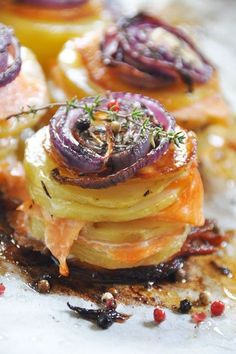Réveillez vos papilles avec cette association originale, d'oignons rouges caramélisés sur un mille-feuille de pommes de terre particulièrement fondantes, agrémenté de saumon fumé, le tout parfumé au thym et à l'huile d'olive. Déposé sur un lit de salade,...: