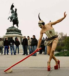 """Performance Cleaning Time de Steven Cohen, Paris. Cohen a été placé en garde à vue pour exhibitionnisme. Celui qui se dit """"sud-africain, juif, blanc et homosexuel"""" utilise aussi les attributs réservés aux femmes (talons hauts, ménage) pour dénoncer les normes. (celle du """"jeans-blouson"""" unisexe ressort bien, derrière lui). Photo Marianne Greber"""