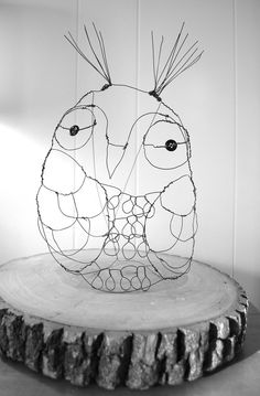 I don't think it comes as any surprise that I love me an owl. I have owl rugs, and owl pillows. I have made an owl or tw. Owl Rug, Chicken Wire Art, Sculptures Sur Fil, Animal Art Projects, Sculpture Lessons, Inspiration Art, Wire Crafts, Art Plastique, Yard Art