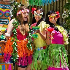 Totally Tiki Luau Party Ideas from Party City. The luau is a Hawaiian party. Browse through these easy ideas for a tiki bar and luau games, food, a photo booth and more! Aloha Party, Adult Luau Party, Hawaiian Party Outfit, Hawaiian Party Games, Luau Party Games, Summer Party Games, Tiki Party, Hawaiian Theme, Beach Party
