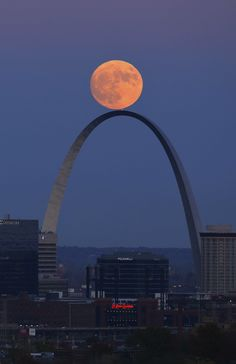 The Super Moon rises above the Gateway Arch in St. © David Carson / AP / SIPA Plus Beautiful Moon, Beautiful Places, Saint Louis Arch, St Louis Arc, Gateway Arch, Shoot The Moon, Moon Pictures, Moon Rise, Photos Voyages