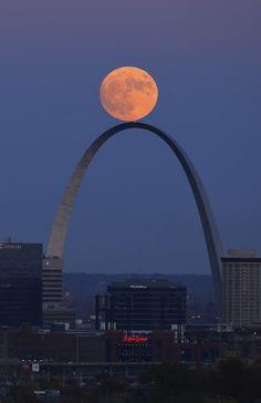 The Super Moon rises above the Gateway Arch in St. Louis, Missouri, United States, Sunday, Nov. 13, 2016. © David Carson / AP / SIPA