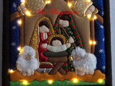 Curso navideño de hermoso Cuadro de la Sagrada Familia en Patchwork con Luces Led. - Quito Mary Christmas, Christmas Ideas, Christmas Stockings, Christmas Ornaments, Reno, Holiday Decor, Villas, Quilts, Decorating