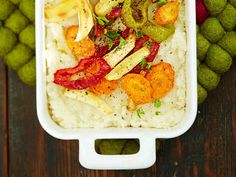 Kasviksista ja couscousjyvistä tehtävä uunicouscous maistuu lisäkkeenä tai kasvisateriana.
