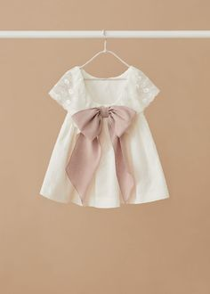 Cotton fabric Midi design Flared design Wide straps Rounded neck Openwork ruffle Flowered embroidery Embroidered details Inner lining Decorative bow on the back Little Girl Fashion, Fashion Kids, Little Girl Dresses, Girls Dresses, Kids Gown, Kids Frocks, Baby Gown, Kind Mode, Toddler Outfits