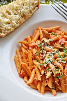 vodka pasta, one of my favorite foods Think Food, I Love Food, Good Food, Vodka Pasta, Penne Alla Vodka, Basil Pasta, Tomato Basil, Cooking Recipes, Healthy Recipes