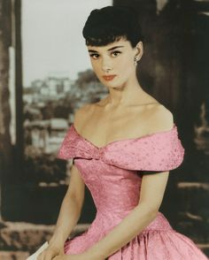It's hard to believe Audrey Hepburn left us 19 years ago today. Audrey Hepburn is my idol. She was beautiful, classy and a real lady. Audrey Hepburn Outfit, Audrey Hepburn Photos, Rita Hayworth, Glamour Hollywoodien, Hollywood Glamour, Vintage Hollywood, Ava Gardner, Marilyn Monroe, Roman Holiday
