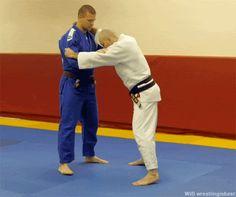 tumblr_oiyolm97B61qbrivdo1_500.gif (500×418) Martial Arts Workout, Martial Arts Training, Boxing Workout, Judo Training, Strength Training, Mma Videos, Judo Throws, Bjj Memes, Learn Krav Maga