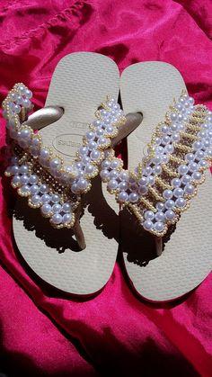 Mais uma sandália pronta com pérolas e manta de strass