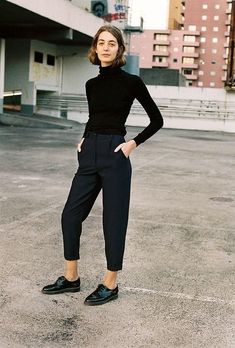 25 All Black Outfits For Women, Black on black outfit inspiration. We've curated all black street style looks from around the world to help you look your best. Mode Outfits, Casual Outfits, Fashion Outfits, Womens Fashion, Woman Outfits, Edgy Work Outfits, Modest Fashion, Dress Fashion, Trendy Fashion