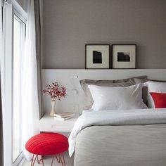 Um toque de cor vermelha para um quarto charmoso