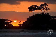 Nascer do sol por entre o Ilhote da Lagoa, praia dos Castelhanos (Ilhabela/Brasil) - Foto: Márcio Bortolusso